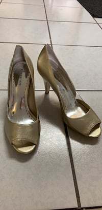 Gianni Bini gold heel size 8.5, good condition, wear on bottom soles Vancouver, V5P 2L3