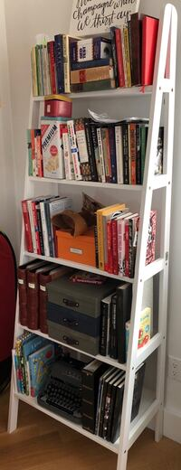 Leaning Bookcase (white) New York, 11101