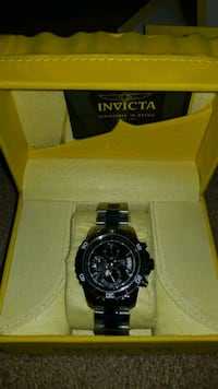round black Invicta chronograph watch with black l Ansonia, 06401