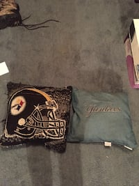 2 throw pillows