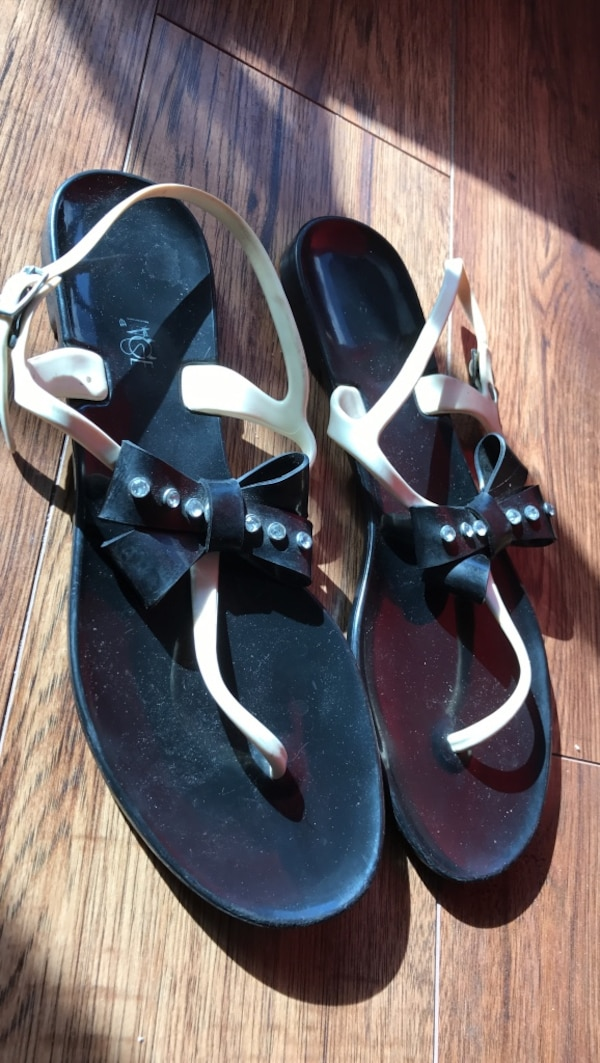 4c24d6e7e617 Used black and white thongs sandals for sale in Burnaby - letgo