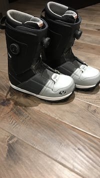Size9 gray-and-black snowboard boots East St. Paul, R2E 0M4