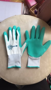 pair of green-and-white Gardena gloves Toronto, M5T 1G5