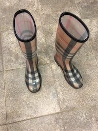 Burberry rain boots used - good condition - $85 Arlington, 22201