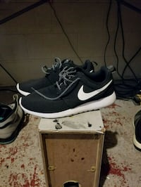 pair of black Nike running shoes 542 km