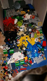 1000 pieces of Lego and bin (Barrie)