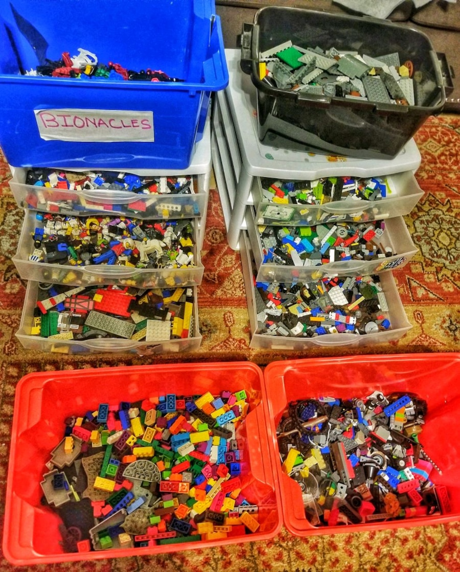 Photo A huge batch of legos and Lego table