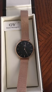 Round gold-colored daniel wellington watch brand new