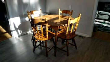 """Nook Table - 42"""" X 42"""" - with expandable leaf - 4 chairs included"""