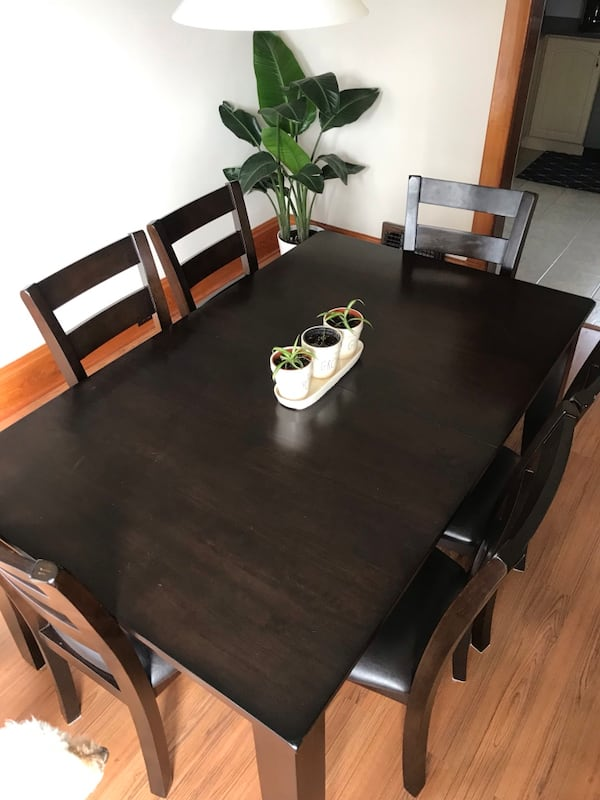 Table and 6 chairs  b1b75d49-7d95-4ef3-9109-f7871265b581