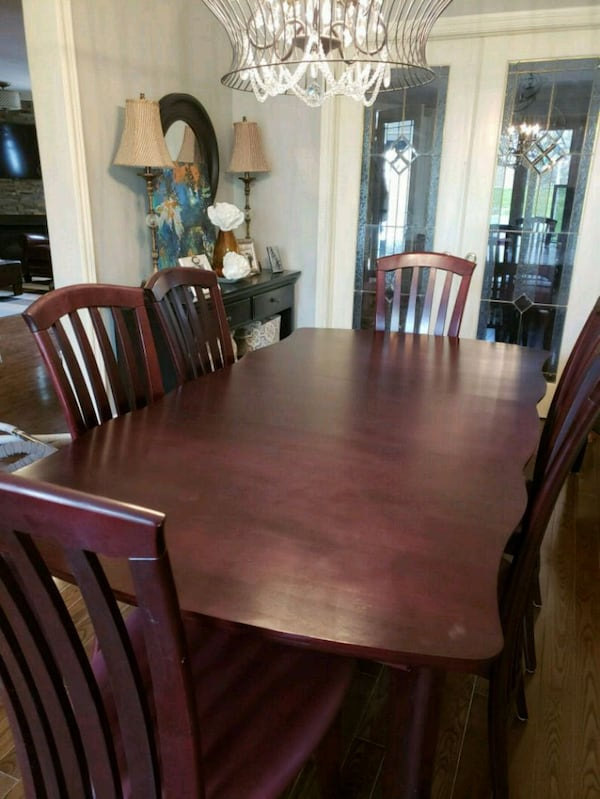 Dining Room Set in Mint Condition  1ab2404f-e5af-4458-a78d-847435759769