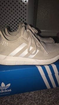pair of gray Adidas low-top sneakers with box Melbourne, 32901