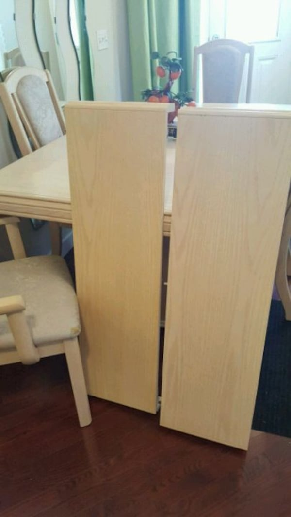 solid wood dinning table and 4 chairs  e0d9e722-3b42-460e-9f23-252b0f818a85