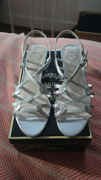 pair of silver strappy sandals ニューポート・ニューズ, 23601