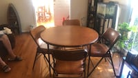 folding round table with 4 fold up chairs. great conditon Woodbridge, 22193