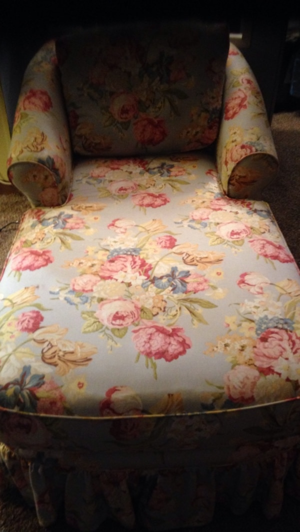 Floral chaise lounge. Great for either living room or bedroom Dimensions are 33x68. Great condition hardly used