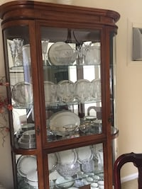 Pulaski lighted glass-door curio display cabinet great condition, waterford/lenox are also for sale. Brookfield, 06804