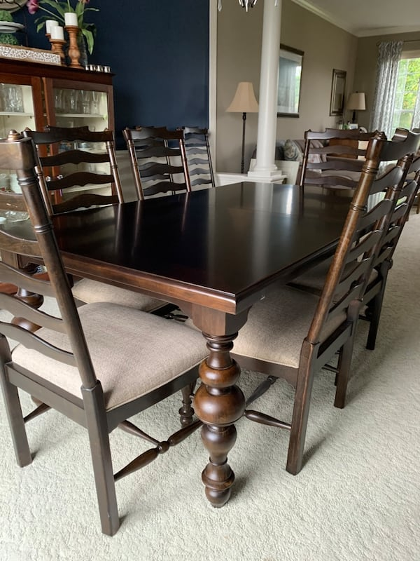 Like new dining room set 94eea4e7-5fa9-4328-a945-bc8fc2e7fddc