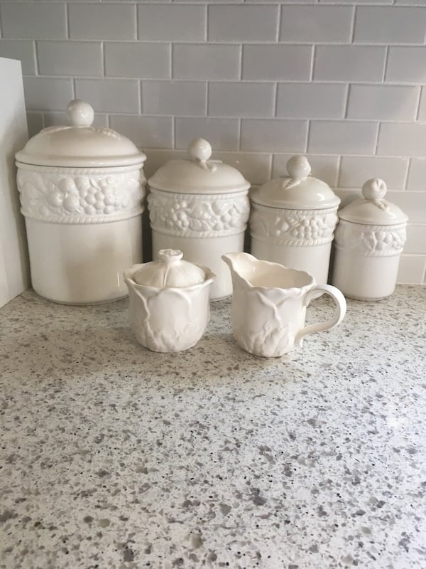 Complète canister set with cream and sugar. 03ea443d-d0fd-4ddd-8703-2f702884b18c