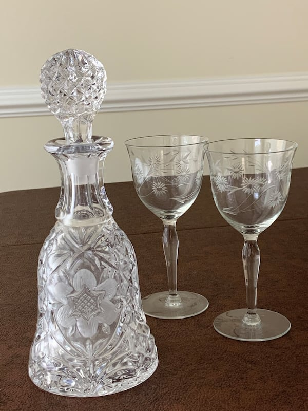 Vintage Pressed Glass Decanter with Etched Design & Glass Stopper 538461e9-09fb-43a0-babb-f5143a3f3762