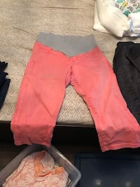 Maternity 3/4 pants. Only worn a couple times. Size medium. From Thyme   Montréal, H1J 2P2
