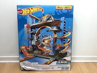 Hot Wheels Ultimate Garage + 5 FREE hot wheels car! Mississauga, L4Z 3G3