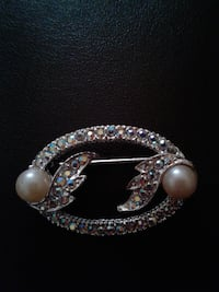 Silver tone Broach w/stone two imitation pearls LASVEGAS