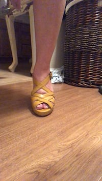 pair of brown leather open-toe heeled sandals Biloxi, 39532