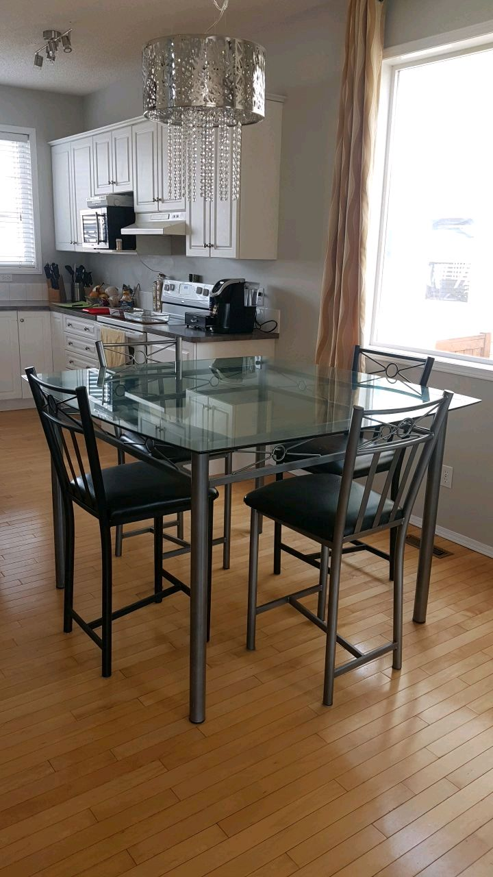 begagnad high top kitchen table with 6 chairs and glass top till rh se letgo com