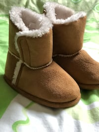 pair of brown sheepskin boots Торонто, M3H 5P7