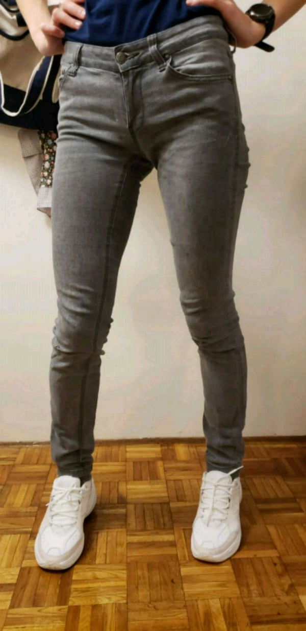 pair of black denim jeans 657350bd-9daa-4aec-bda8-e414988ac812