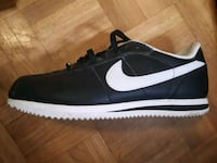 unpaired black and white Nike low-top sneaker Toronto, M4M 1E6