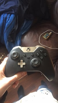 black Xbox One game controller 1290 km