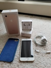 Iphone 7 32 gb gold unlock one owner like new Burnaby, V5H 3G1