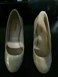 pair of white leather pumps 533 km