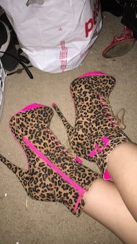 Hot pink and cheetah heels. Size 8 Cloverdale, 95425