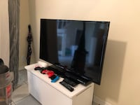 flat screen TV and white wooden TV stand Bartow, 33830