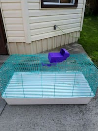 hay dispenser only *cage sold London, N6J 2A1