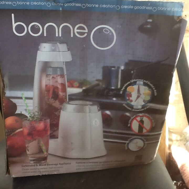 Carbonated and mixed beverage appliance