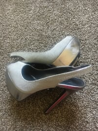 pair of gray leather heeled shoes Frankfort, 40601