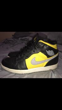 NIKE AIR JORAN 1s MID SIZE 12 40$ North Providence, 02911