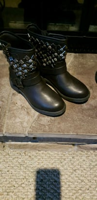 pair of black leather boots London, N5V 4J2