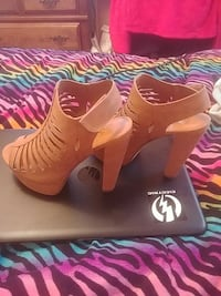 pair of brown leather open-toe platform pumps Pleasant Hill, 97455