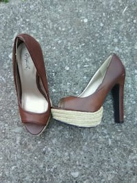 pair of brown leather peep-toe heeled shoes Bowling Green, 42103