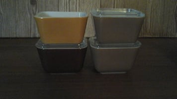 4 small Pyrex refrigerator containers