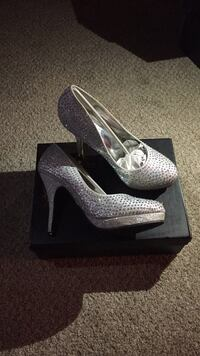 pair of gray platform stiletto shoes with box Seven Hills, 44131
