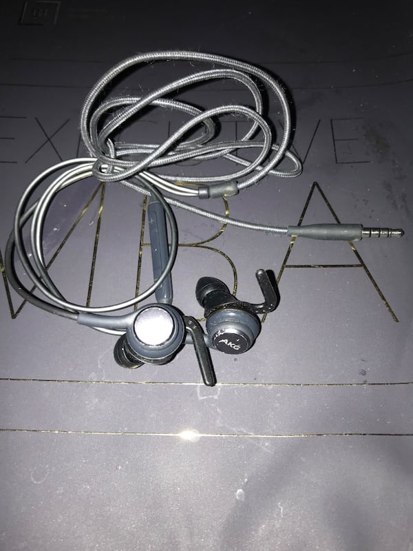 Samsung original AKG tuned headphones with microphone and volume knobs 19924399-af95-4c5b-8b8a-062f946b8731
