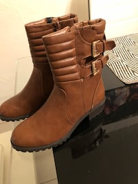Paire de bottines en simili cuir marron avec zip latéral