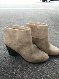 pair of brown suede chunky-heeled ankle-length booties Pensacola, 32534