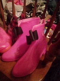 pair of pink leather boots Utica, 13502